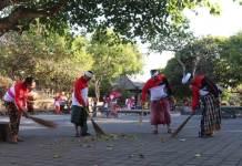Jajaran Polresta Denpasar mereresik (bersih-bersih) di areal Pura Luhur Uluwatu