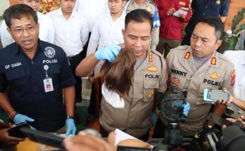 Kapolresta Denpasar Kombes Pol. Ruddi Setiawan menunjukan barang bukti yang di temukan di bagasi mobil.