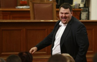 Делян Пеевски изкарва бизнеса си наяве и напуска парламента