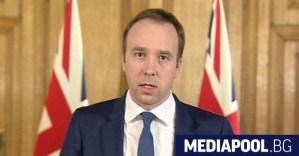 Британският министър на здравеопазването засне на видео как целува своя съветник