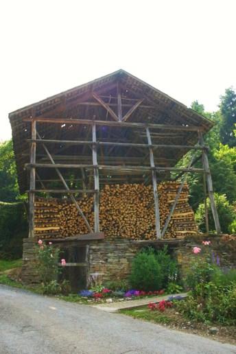 Les séchoirs à tabac abritent le bois de chauffage