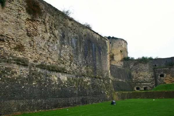 sedan-forteresse-mur