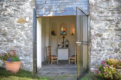 Ollomont-recueillement dans la chapelle Sainte-Marguerite