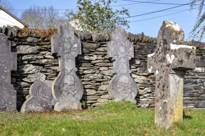 Ollomont-les belles croix du vieux cimetière sont conservées