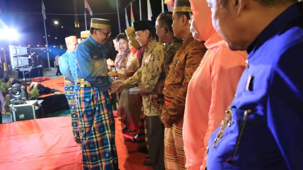 Nurdin Abdullah dan Danny Pomanto Serahkan Penghargaan ke  Mantan Wali – Wawali Kota Makassar