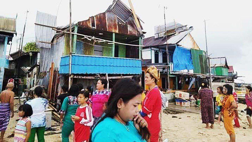 Angin Puting Beliung Meluluhlantakkan Puluhan Rumah Warga Pulau Badi