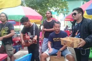 Penyanyi Dangdut Ini Ikut ngamen dengan Kelompok Penyanyi Jalanan Pangkep