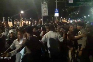 Massa AMT Hadang Mobil Presiden Jokowi , Lima Orang Pingsan