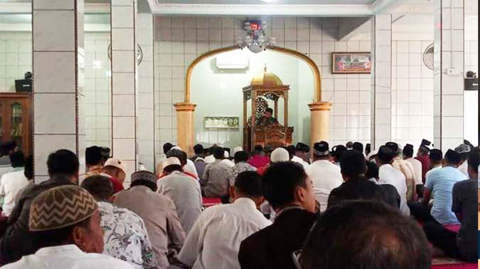 Iqbal Suhaeb Shalat Jumat Berjamaah di Masjid Iman Pannara