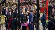 Jelang Penurunan Bendera, Presiden Jokowi Sapa Warga di Luar Istana