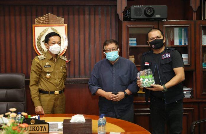 Satgas Covid Unhas, Serahkan 5.000 Botol Minyak Kayu Putih ke Pemkot Makassar