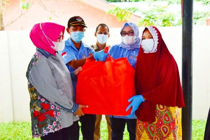 Lies F Nurdin Serahkan 200 Paket Bantuan Pangan bagi Keluarga Nelayan di Untia