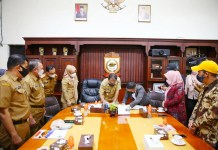 Walikota Danny - KPU Makassar Tandatangani MoU Tentang Kelurahan Peduli Pemilu