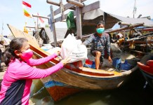Ketum Bhayangkari Blusukan Bagikan Bansos ke Nelayan Muara Angke