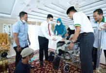 Bupati Pangkep Bantu Kursi Roda untuk Disabilitas