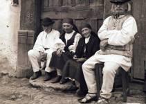 La sud de Sibiu, la poalele Carpatilor, se afla o micro-regiune care seduce prin caracterul sau deosebit: Marginimea Sibiului.