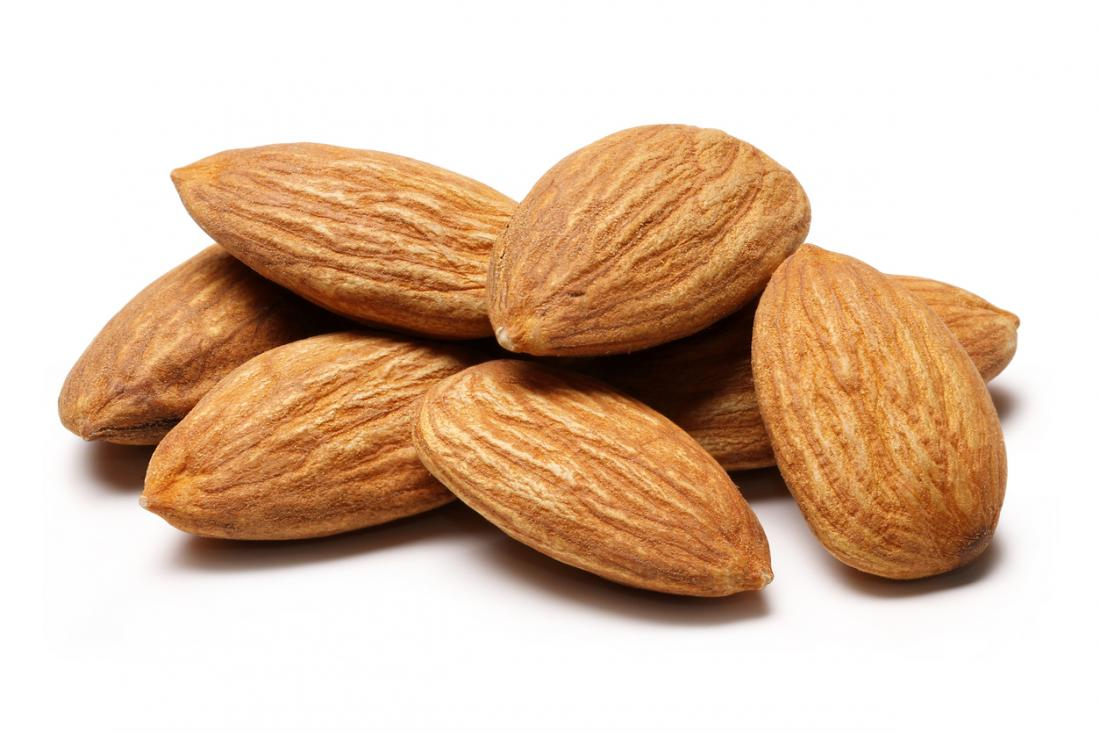 Schneiden Sie nicht alle Fette von der Diät aus.  Gesunde Fette aus Nüssen, Samen und Olivenöl können Entzündungen lindern.