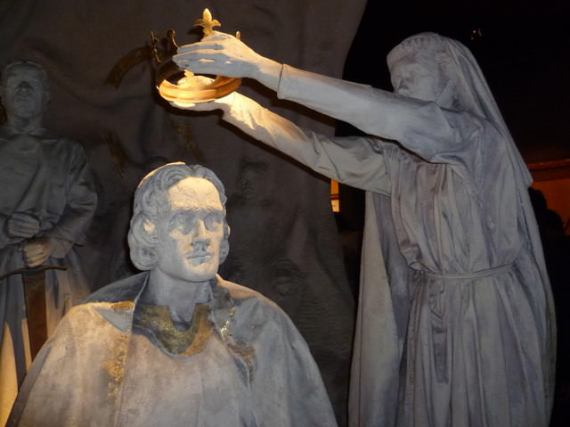 Robert the Brucebeing crowned - statute at Edinburgh Castle - photo by Kim Traynor / Wikimedia Commons