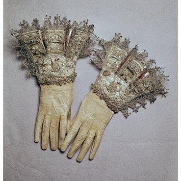 Pair of English gloves (1603-1625) - The V&A Museum, London.