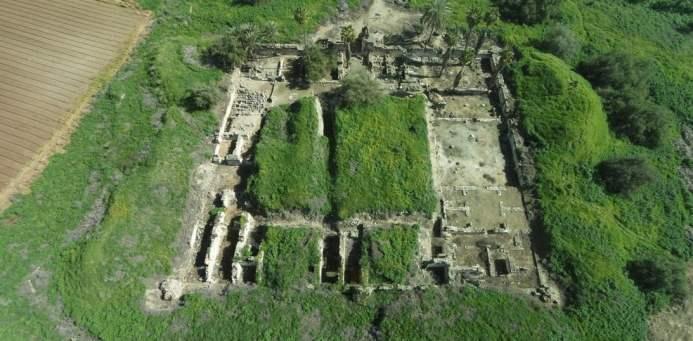 Aerial view of the excavated early Islamic caliph's palace Khirbat al-Minya (photo/©: Yaniv Darvasi, The Hebrew University of Jerusalem)