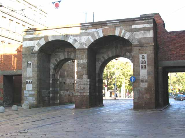 Piazza Mercanti e le porte medievali a Milano
