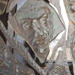 !פסל מדהים מזכוכית עם דמויות פרצופים ואלמנטים מודבקים מזכוכית