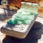 מצבה לילדה בשם גל בשילוב של זכוכית
