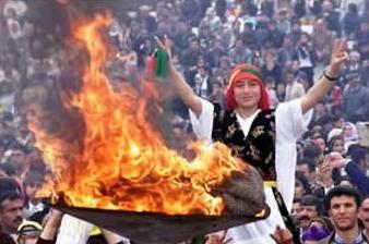 Ungdom som gör segertecken vid en eld