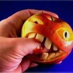 Trebamo mi zagristi jabuku ili ona nas?