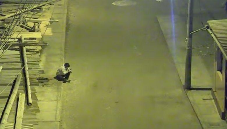 Što ovaj dječak radi svaku večer pod uličnom svjetiljkom?