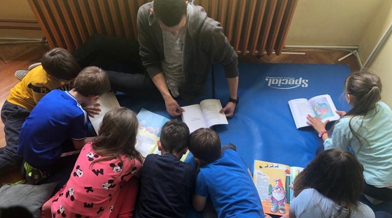 Ambasador Udruge Mlada pera Luka Prgić razveselio djecu slikovnicama
