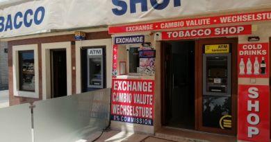 Novalja - grad kričavih boja i bankomata