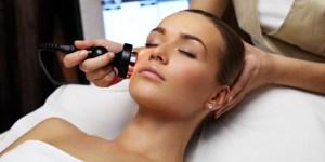 Lazerinės dermatologijos procedūra atliekama co2 lazeriu