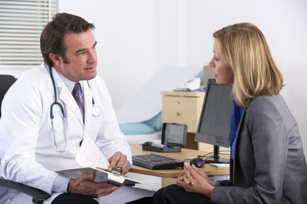 Визуальное обследование взрослого у врача