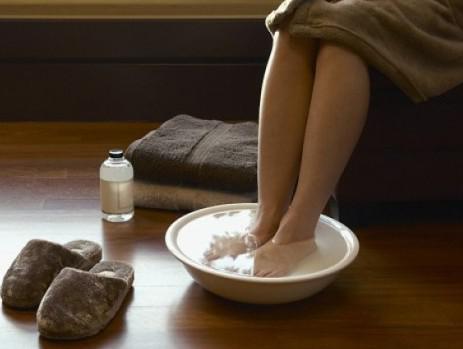 Ванны для ног с добавлением морской соли или горчицы.
