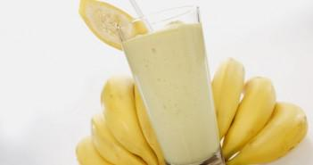 употребление коктейля из банана и молока