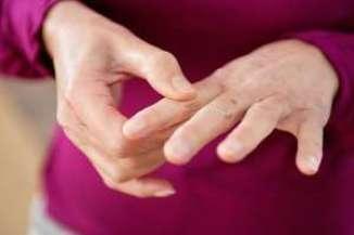 Немеют пальцы на левой руке мизинец и безымянный