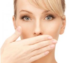 Одним из симптомов проявления пробок является неприятный запах изо рта