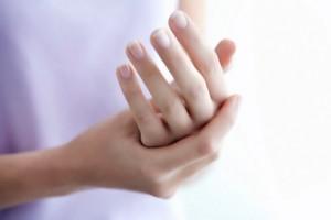 сводит пальцы на руках
