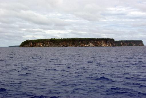 erstaunt betrachten wir die Kliffs der Insel Vavau