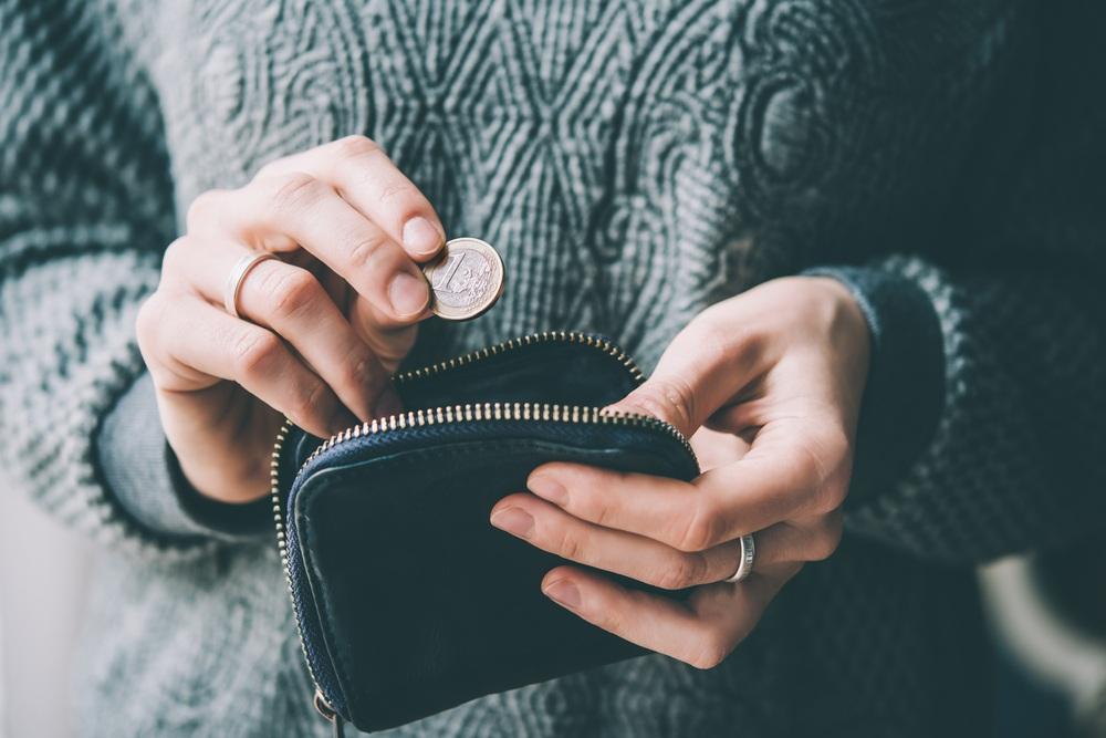 vrouw doet 1 euro in portemonnee - Waarom 1 euro het verschil kan maken