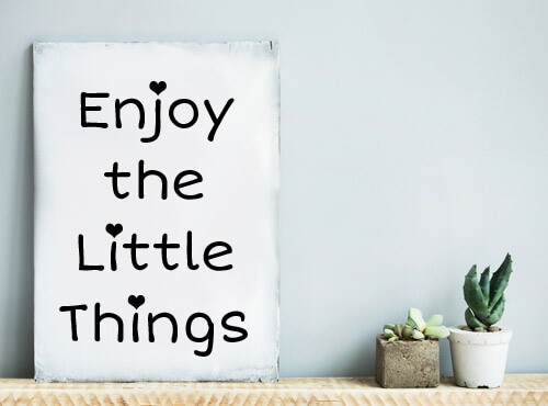 Muursticker Enjoy The Little Things met hartjes
