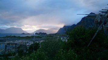 Net achter de bergen de middernachtszon