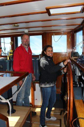 Carolina (vrouw van de schipper) aan het stuurrad