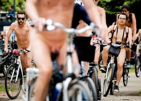 2017-07-01 15:45:01 AMSTERDAM - Deelnemers van de World Naked Bike Ride. Met de blote fietstocht, die op tientallen plaatsen ter wereld wordt gehouden, willen de fietsers mensen bewust maken van het teveel aan auto's en de milieuvervuiling die daarmee gepaard gaat. ANP REMKO DE WAAL