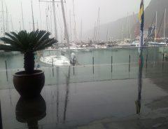 45 De vierde dag aan boord bracht verschrikkelijk veel regen