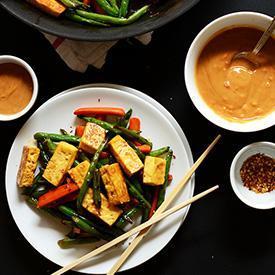 Tofu, ayrıca fasulye tohumu olarak da bilinir, 2000 yıl önce Çin'de kullanılmıştır. Soya sütünü koagüle ederek ve ardından elde edilen karışımları yumuşak, sıkı veya ekstra sağlam beyaz bloklara bastırarak yapılır.  İçeriğinde bulunan yoğun miktarda kalsiyum, magnezyum ve proteinin yanında sıfıra yakın yağ oranıyla her yaştan insanın tüketimine uygun besleyici bir besin maddesi olma özelliği taşımaktadı. Dolayısıyla, et yerine tofu kullanmak idealdir. Besin olarak tüketecekseniz bu vejeteryanlığa başlangıç olabilir.