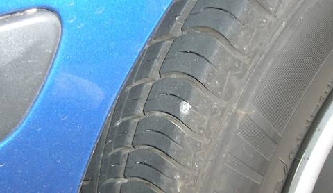 Ein Loch ist im Reifen