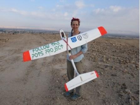 L'archeologa Morag Kersel con il drone utilizzato per il monitoraggio dei siti archeologici in Giordania. (immagine presa da asorblog.org)