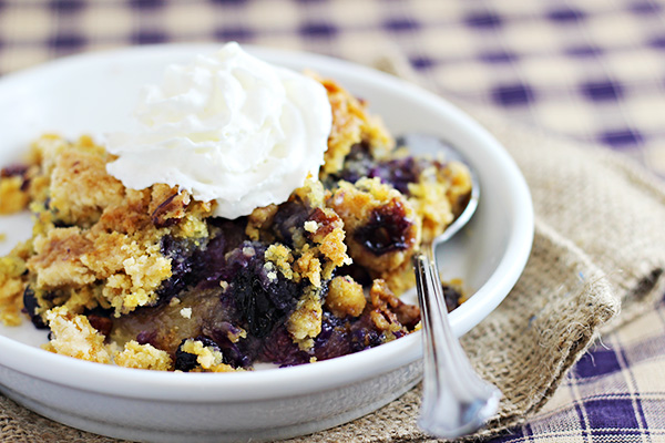 Blueberry Crunch Dump Cake | Easy Summer Desserts - 5 recipes to satisfy your summer sweet tooth! Bonus: Most are no-bake and can be taken with you to any summer occasion! | #summerdesserts #easydesserts #nobakedesserts